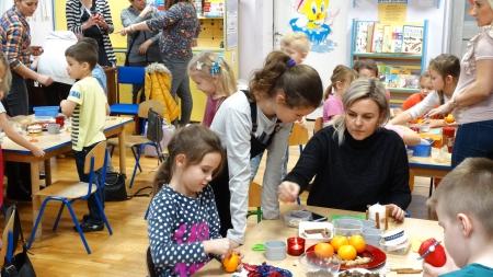 Rodzinna twórczość podczas świątecznego zajęcia otwartego.
